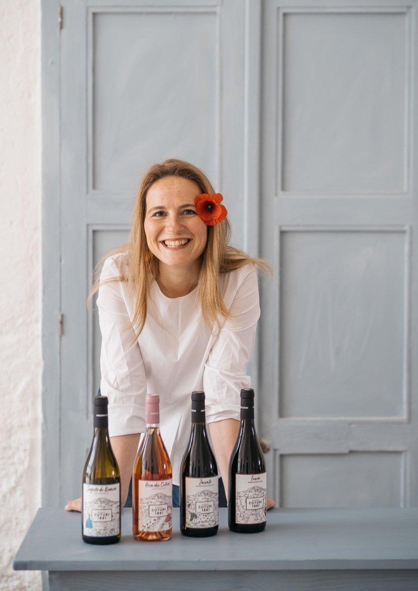 Camilla Ritratto con vini masseria cuturi